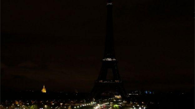 法国首都巴黎的埃菲尔铁塔周五熄灯,向遇难者表示哀悼。