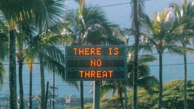 """Una señal avisa que """"no hay amenaza"""" en Oahu, Hawáis después de que se enviara una falsa alarma."""
