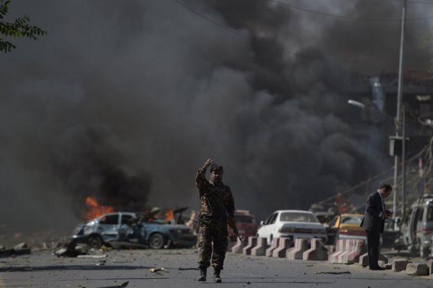 Policía entre los restos del ataque en Kabul el 31 de mayo.