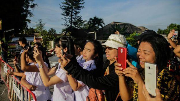 Grupo de personas en las cercanías del campamento base.