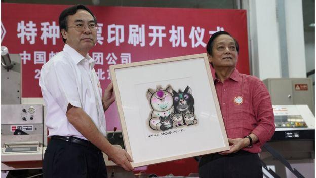 """8月6日下午,由中國郵政集團公司主辦的""""《己亥年》特種郵票印刷開機儀式""""在北京郵票印製局舉行。"""