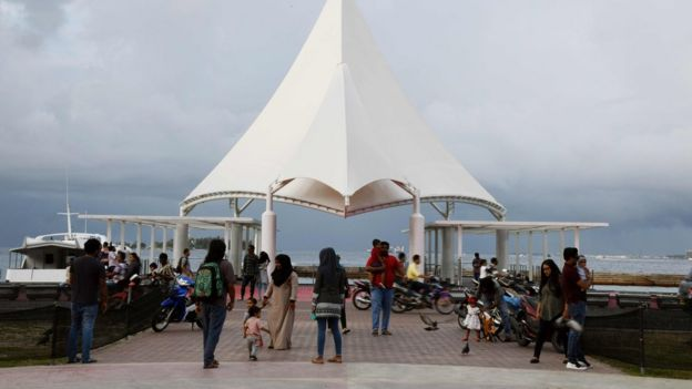 Personas en un embarcadero de Malé