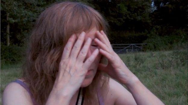 Una mujer se lleva las manos a la cara