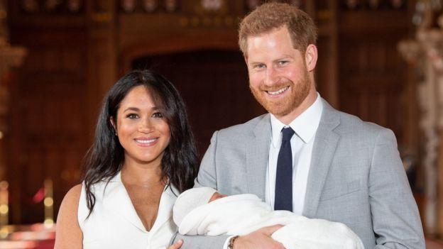 Harry e Meghan apresentam bebê