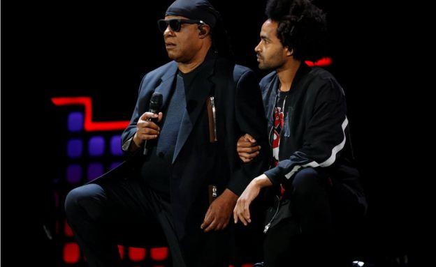 歌手スティービー・ワンダーさんがコンサートで、「今夜ぼくはアメリカのために膝をつく」と、演奏前に舞台上で両ひざをついた(23日、ニューヨーク)