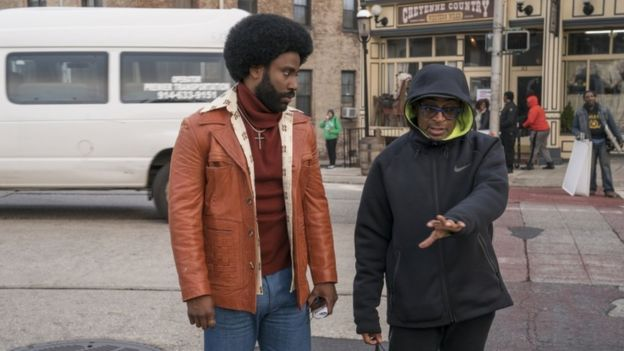 Spike Lee (à direita) e John David Washington no set de filmagens de BlacKkKlansman