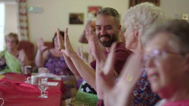 مایک و دیدارجمعی با موضوع بالیوود که مؤسسهٔ خیریهٔ او b:Friend ترتیب داده است