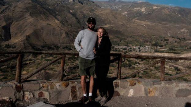 Casal em foto tirada durante viagem