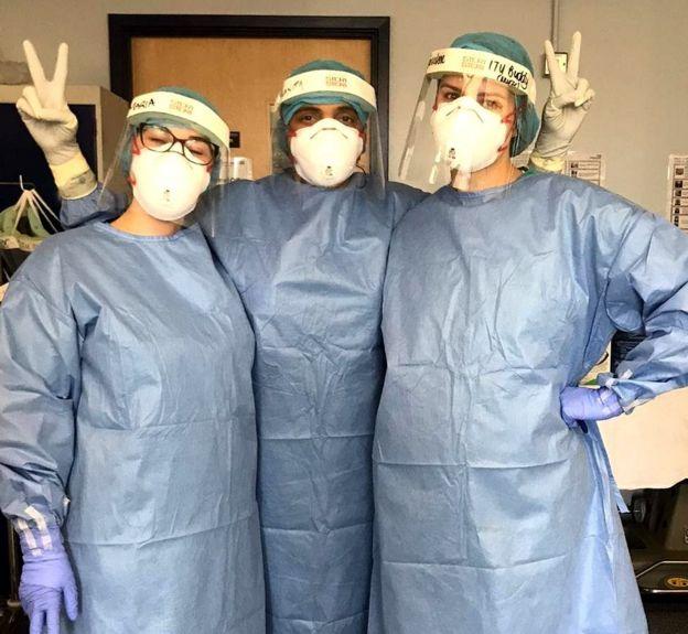 Хуанита (в центре) с двумя коллегами в отделении реанимации