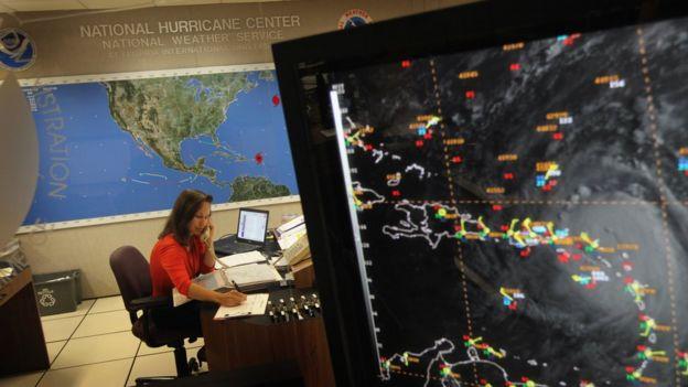Una trabajadora en el Centro Nacional de Huracanes de EE.UU.