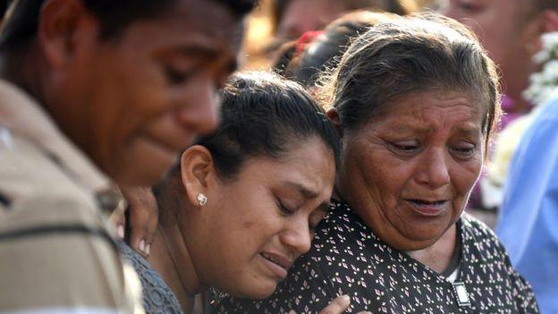 Mulheres choram morte de parente