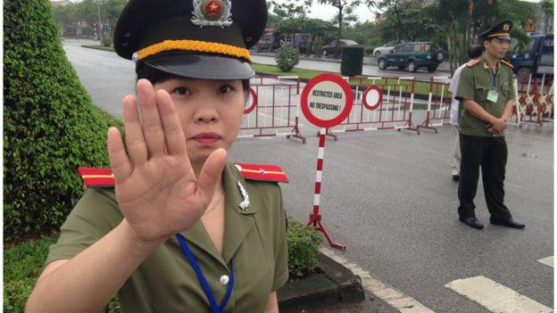 Việt Nam vẫn hay có các cấm đoán ngay tại nơi công cộng
