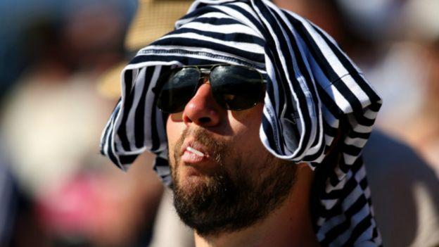 رجل يحتمي من الشمس
