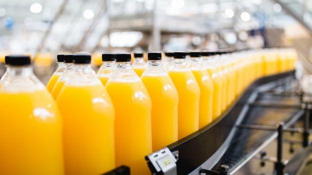 garrafas de suco de laranja