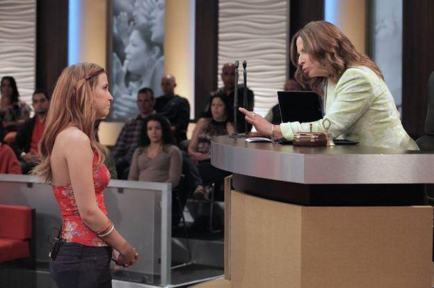 """Una escena del programa """"Caso Cerrado"""" en la que se ve a la doctora Polo hablándole a una mujer"""