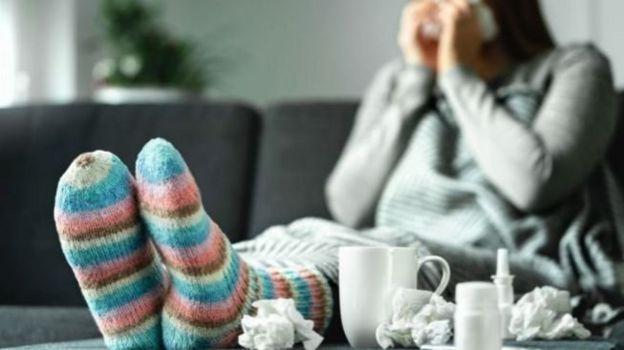 Una mujer resfriada