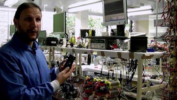 Ianis Ieropoulos mostra equipamento usado para extrair eletricidade de urina