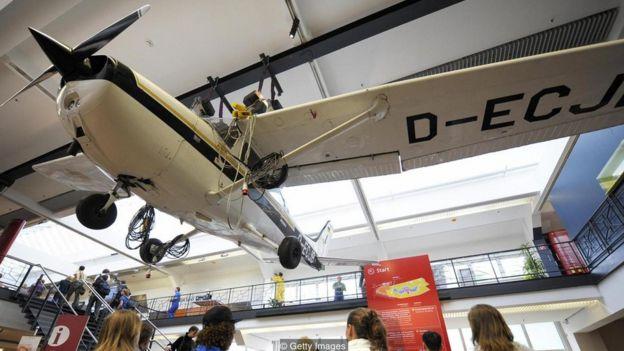 Cessna 172 colgado del techo.