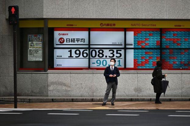 Un ciudadano con mascarilla frente a la Bolsa de Tokio en Japón el 10 de marzo de 2020.
