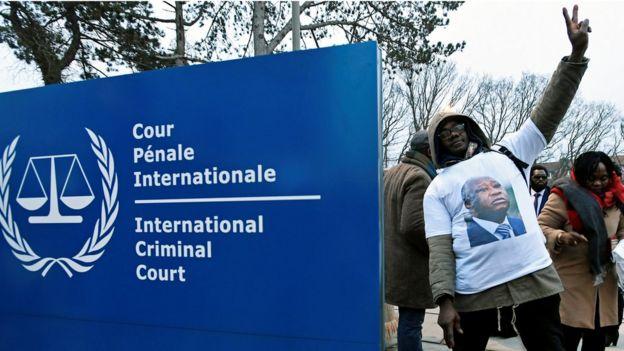 Des militants de l'ancien président ivoirien Laurent Gbagbo devant le siège de la CPI.