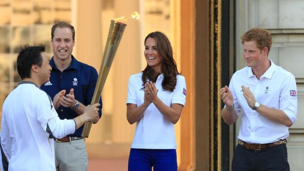 El antorchista olímpico Wai-Ming Lee, el príncipe William, la duquesa de Cambridge y el príncipe Harry en julio de 2012.
