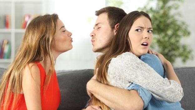 Mujer coqueteando con hombre con novia