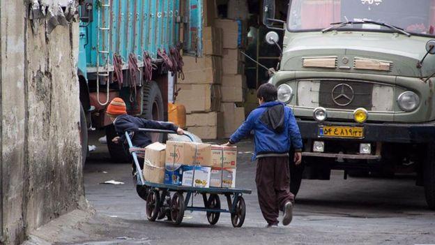 بر اساس آمارهای رسمی و غیررسمی بین ۱۳۰ هزار تا بیش از ۲ میلیون کودک کار در ایران وجود دارند