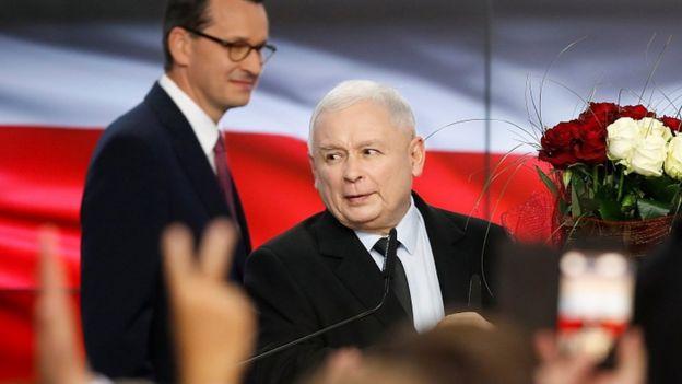 Lãnh đạo đảng PiS Jaroslaw Kaczynski và thủ tướng Mateusz Morawiecki ăn mừng thắng lợi bầu cử ở Warsaw hôm 13/10
