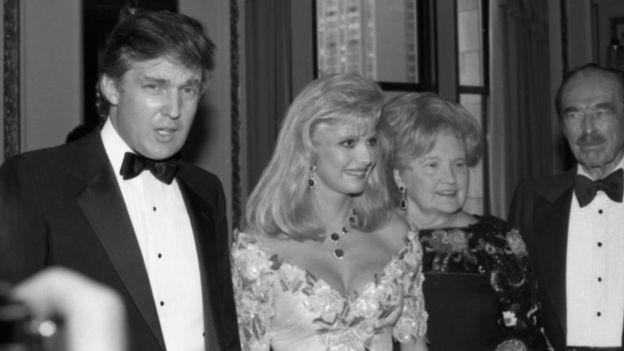 Donald Trump con sus padres y su exesposa Ivana en 1989.