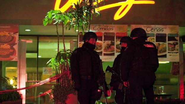 Dos policías frente a la escena de un crimen en Polanco