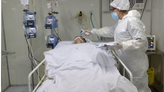 Enfermeira cuida de paciente na UTI em hospital em Guarulhos