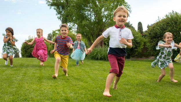 Niños jugando en un parque.