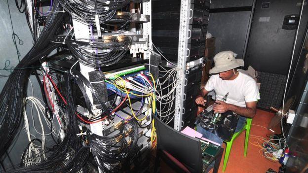 Cient??fico frente a cables y dispositivos del radiotelescopio Hera (Foto: gentileza Aaron Parsons)