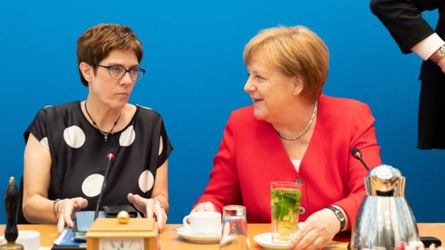 La presidenta del Partido Unión Demócrata Cristiana (CDU), Annegret Kramp- Karrenbauer (izq.) y la canciller Ángela Merkel durante una junta del CDU en Berlín, Alemania, 24 de junio de 2019