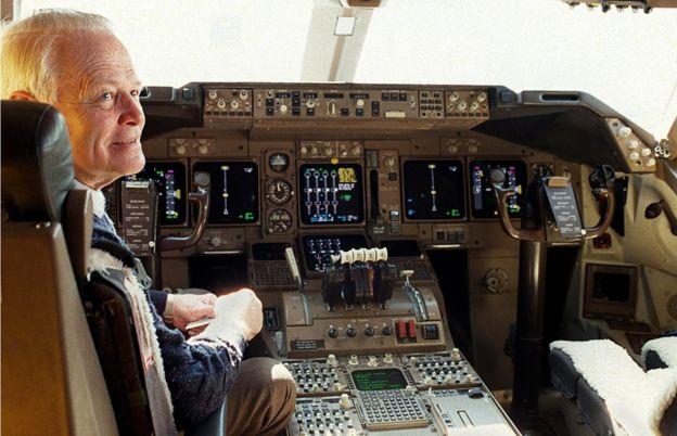 Дэвид Уоррен в кокпите Boeing 747 в августе 1998.