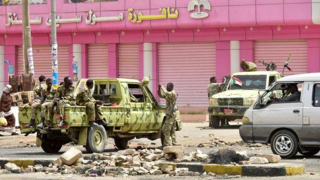 Des soldats soudanais montent la garde dans une rue de Khartoum.