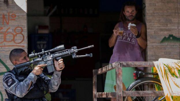 Policial na favela da Rocinha, no Rio