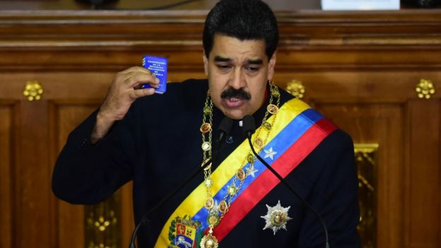 Maduro en la Asamblea Nacional Constituyente con una constitución en la mano.