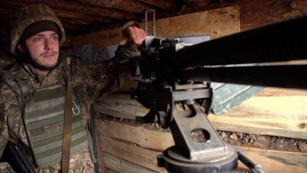 Private Oleksiy Kravchenko manning a machine gun near Zolote