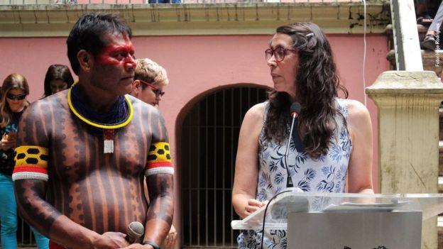 Ana Luísa Albernaz ao lado de cacique em evento do museu