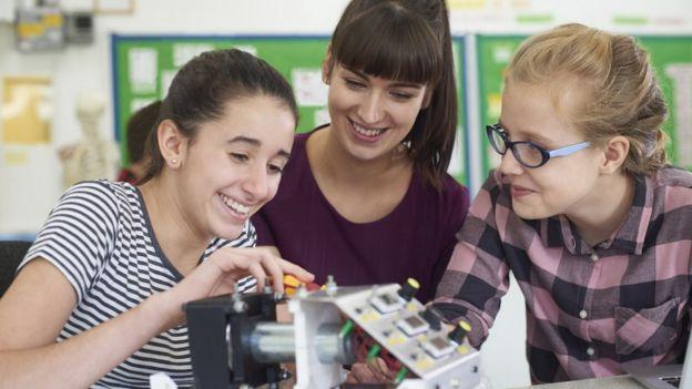 Adolescentes en robótica.