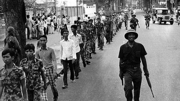 Các binh sỹ Việt Nam Cộng hòa bị áp giải trên đường phố Sài Gòn sau khi quân miền Bắc chiếm được thành phố, đánh dấu sự kết thúc cuộc chiến