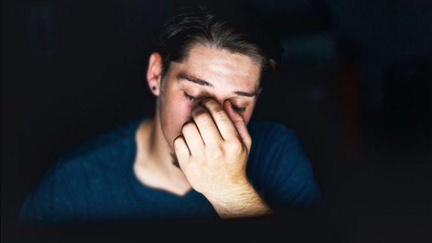 Hombre enfrente de una pantalla