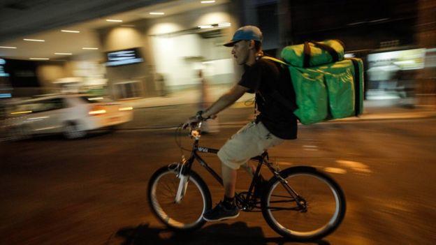 Entregador andando de bicicleta na região da av. Paulista