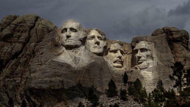 Гора Рашмор в штате Южная Дакота с высеченными в ней в камне лицами американских президентов. Слева направо: Джордж Вашингтон, Томас Джефферсон, Теодор Рузвельт, Абрахам Линкольн