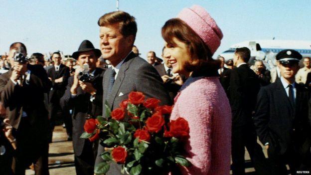 Kennedy iyo xaaskiisa Jackie wax yar ka hor intii aanan madaxweynaha la dilin