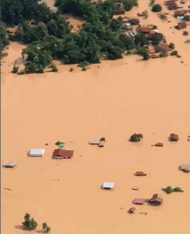 Imagem aérea de vilarejos inundados