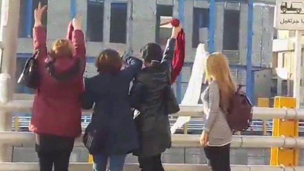گفته میشود این تصویر مربوط اعتراض چهار زن در روز جمعه سیزدهم بهمن ماه در تهران است