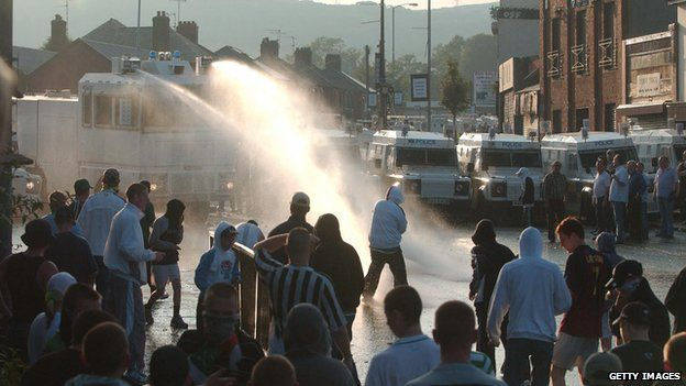 Water cannon being used by police in Belfast (12/07/05)