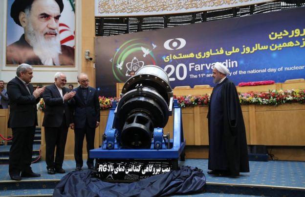 El presidente de Irán, Hassan Rouhani (derecha), inauguran una bomba de condensado de alta temperatura durante la ceremonia que marca el decimoprimer aniversario del Día Nacional de la Tecnología Nuclear de Irán, el 9 de abril de 2017.